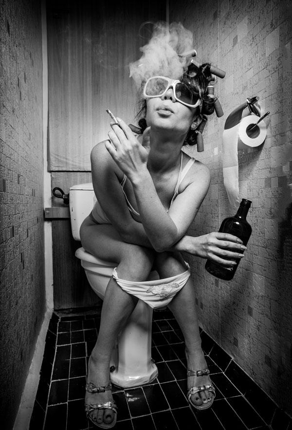Frau mit Kippe auf Toilette Motiv 818 |  |